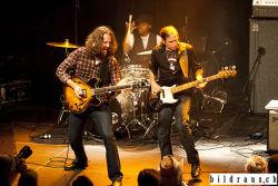 Jeff Jensen (US) spielt anlŠsslich des Bluesfestival 2016 im Nordportal in Baden.  Jeff Jensen (voc, guitar), Bill Ruffino (b, voc), Robinson Bridgeforth (dr). © bildraus.ch, Rolf Jenni, Fotograf, Industriepark Asp, Joosaeckerstrasse 12, 8957 Spreitenbach. Handy: 079-715 65 50  E-Mail: info@bildraus.ch  Web: www.bildraus.ch